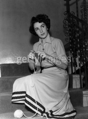 More famous people knitting! The beautiful Elizabeth Taylor