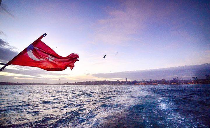 """""""Dalgalandığın yerde ne korku, ne keder, Gölgende bana da, bana da yer ver, Sabah olmasın, günler doğmasın ne çıkar, Yurda ay yıldızının ışığı yeter...""""   Arif Nihat Asya  Fotoğraf: Zafer Dinçer"""
