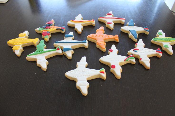 Una flota de galletas aviones de fondant de los colores de las líneas aéreas que llevaba mi marido