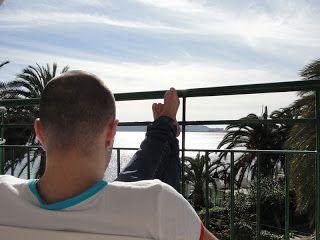 Com os pés pra cima na varanda do hotel em Ibiza, na Espanha. Roteiro de Viagem: Ibiza, Espanha | Viagem Primata