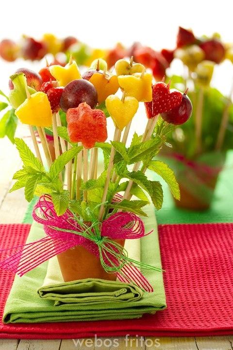 macetitas de barro y brochetas realizadas con figuras de flores y corazones con frutas, hojas de menta o yerbabuena, que mejor botana o dulce para este verano