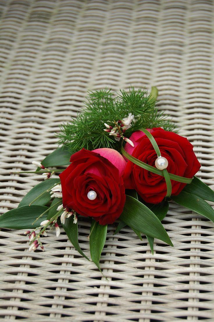 Oudercorsage - getuige corsage. Rode roos met berengras en parels. www.meesterlijkgroen.nl