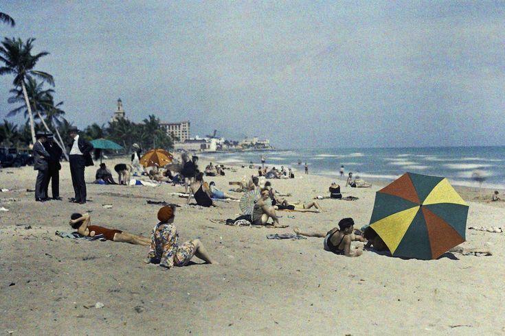 1930. Майами-Бич, Флорида – группа людей отдыхает на океанском побережье.