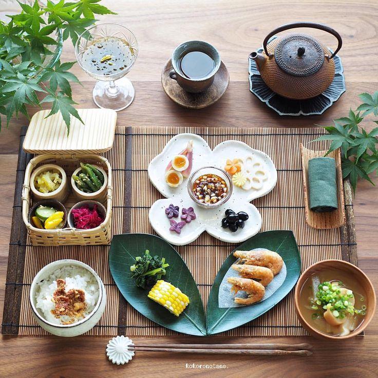❁.*⋆✧°.*⋆✧❁ Today's lunch. ・ こんにちは◡̈ 水曜日の寄せて集めて お昼ごはんです。 (投稿がズレております〜) ・ お品書き(作り置きおかず+追加分★) 1.小えびの唐揚げ 2.自家製香味だれ★ 3.小松菜の麺つゆソテー★ 4.茹でとうもろこし 5.いんげんのごま味噌和え 6.ゴーヤのマーマレード和え 7.味玉(麺つゆ) 8.黒豆のあっさり煮 9.紫キャベツのマリネ 10.胡瓜とズッキーニのナムル 11.紫芋のグラッセ 12.れんこんの甘酢漬け(柚子風味) 13.みょうがの甘酢漬け 14.もずく柚子酢★ 15.自家製ふりかけごはん(梅・ナッツ) 16.玉葱と大根と麩のお味噌汁★ 17.ほうじ茶 ・ 5.7.9.11.12.13.は 著書「のほほん曲げわっぱ弁当」にレシピ掲載しています。 ----------------------- Amebaブログ・LINEブログ更新しました➰✍️。 香味だれレシピあり♡ 宜しければ @kokoronotane プロフのリンクからどうぞ--✈︎ ・ ❁.*⋆✧°.*⋆✧°.*⋆✧°❁
