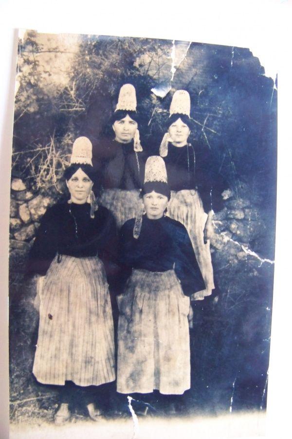 Jeunes filles en costume bigouden à la ferme de Kérénal à Landudec vers 1914 | Finistère Bretagne