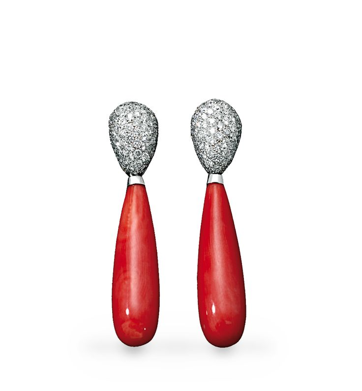 Pendientes Allure  Diseño creado por dos gotas unidas, la superior es de pave de diamantes y la inferior de coral rojo