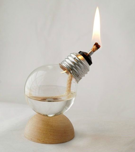 Fonte: Etsy https://www.etsy.com/listing/97242374/mini-recycled-light-bulb-oil-lamp-on