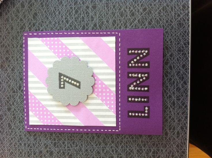 Grattiskort till en tjej som gillar lila.  Washitejp och namn och siffra stämpat. Prickarna i de stjämpalde bokstäverna/siffran har fått glitterlim.