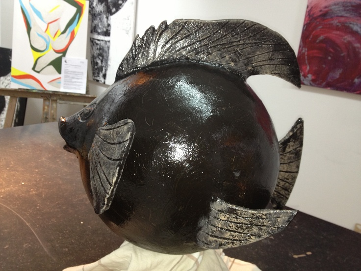 Keramiek Vis zwart op hardsteen sokkel