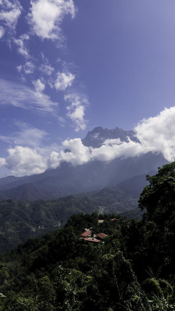 悠然としたたたずまいのキナバル山。標高 4,095.2mのマレーシア最高峰のキナバル山です。