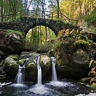Waterval en brug Schiessent�mpel over de Zwarte Ernz in Klein Zwitserland / Mullerthal, Groothertogdom Luxemburg