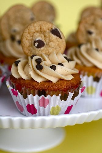 chocolate chip cookie dough cupcakes - with real cookie dough filling!..in a ff version: Cakes Batter, Cookie Dough Cupcakes, Fun Recipes, Cookies Dough Cupcakes, Chocolate Chips, Frostings Recipes, Chocolates Chips Cookies, Chocolate Chip Cookie, Cupcakes Rosa-Choqu