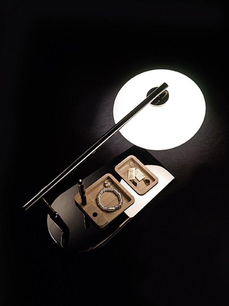 Le lampade Mami, progettate dal designer Umberto Asnago, rappresentano una piacevole e completa collezione nostalgica. Lampada disponibile nelle varianti a sospensione, da terra, da tavolo, plafoniera e applique. La struttura è disponibile in metallo nichel nero lucido o bronzo, mentre il diffusore è disponibile in vetro soffiato bianco, ambra o fume'.