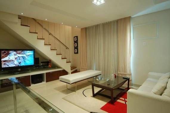 Sala com escada reta