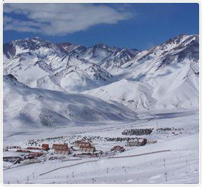 CENTROS DE SKI: A sólo 50 kilómetros del centro de Santiago y 50 minutos del hotel, en plena cordillera de Los Andes, se sitúan algunos de los más grandes y prestigiosos centros de ski de Chile y Sudamérica: Valle Nevado, La Parva y El Colorado.