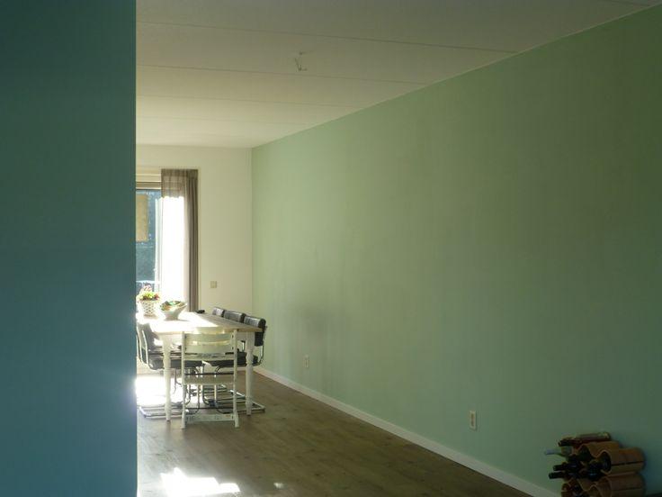 Woonkamer: Kleuren op de muur: Links Flexa Pure: Subtle Ocean (blauw). Rechts Flexa Pure: SubtleRiver (groen)