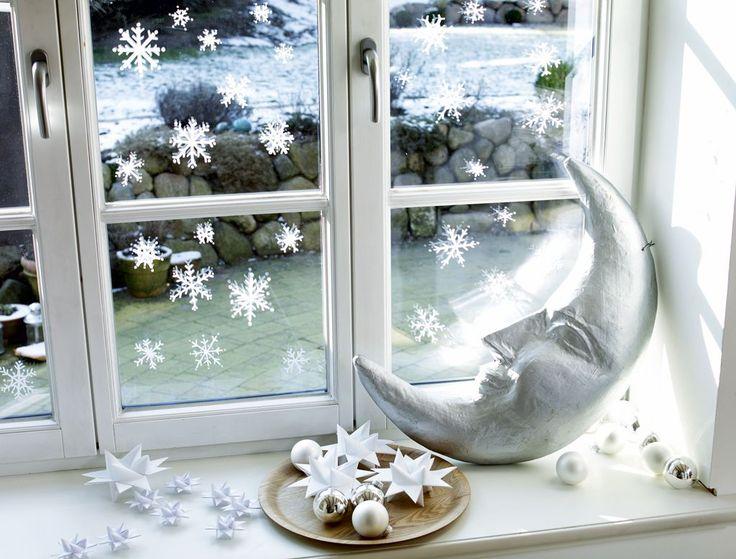 Wir zeigen, wie Sie mit dieser weihnachtlichen Fensterdeko Ihre Wohnung im Advent schnell in ein Winter-Wunderland verzaubern