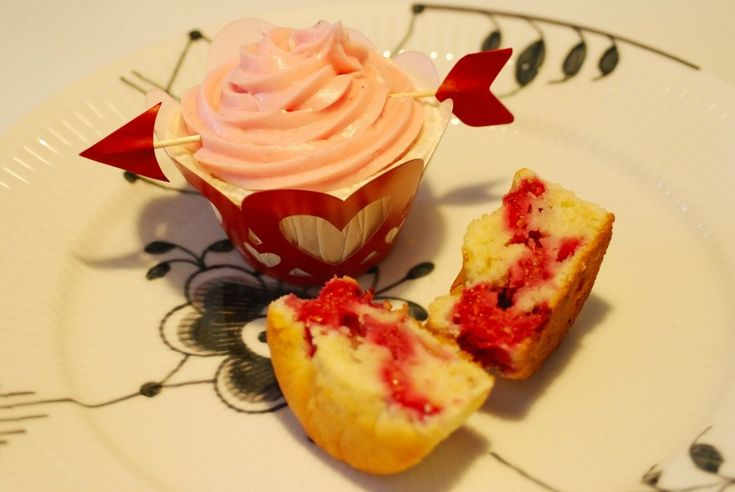 Love cakes for Valentines Day. See more at www.evabyeva.dk