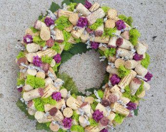 Een mooie aanvulling op elke tafel als een middelpunt. Wijn paars en groene blad base maken deze krans ideaal voor elk seizoen. Centrum is veel kleiner dan mijn regelmatige grootte kransen. Misschien past een thee-licht.