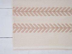 Breedte 80 cm (31 inch) Lengte 150 cm (59 inch)  Gewicht 2,3 kg  Dit tapijt is gemaakt om alleen. Laat 3-4 weken voor het maken van het. Neem contact met mij op voor de aangepaste papierformaten.  Materialen ivoor en beige katoen warp garens van tricot deken garen, wit katoen. Weft materiaal is hoge kwaliteit tapijt garen geproduceerd in een kleine Estse bedrijf.  Dit tapijt is omkeerbaar. De uiteinden zijn keerde terug en met de hand gestikt.  Alle mijn dekens zijn handgemaakt op het…