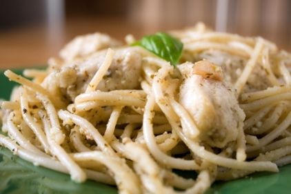 Ingredients: 1/2 kg spaghetti 2 chicken breast fillets cut into cubes 1 large red onion some oil 2 tbsp anise 1/4 cup. ouzo 1 tsp cayenne pepper 150 gr cream cheese (Greek anthotyro)