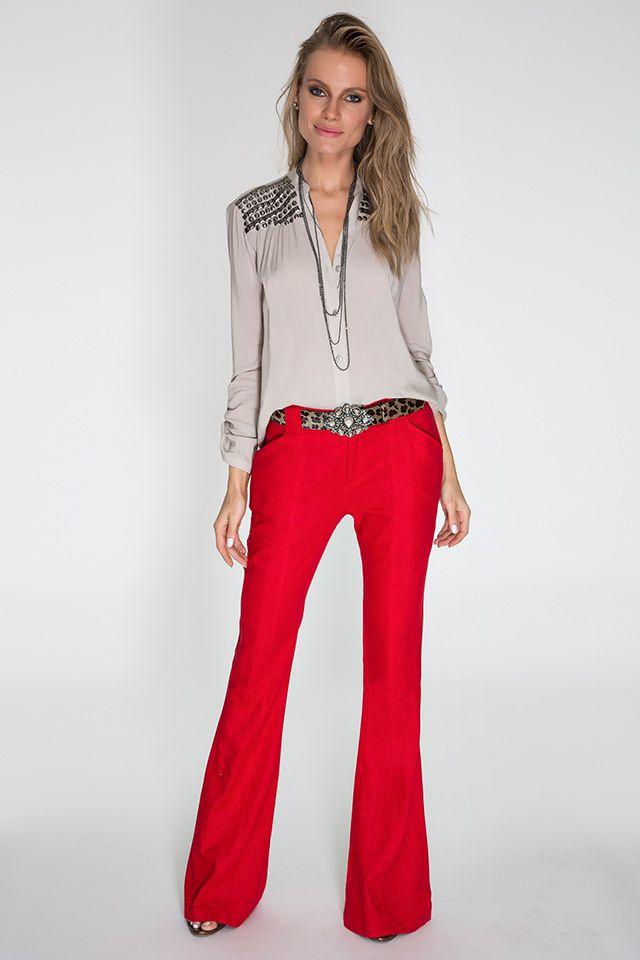 Camisa fendi com bordado de metal nos ombros e calça flare vermelha de linho para dar toque vibrante à produção. O cinto de onça com fivela fechou o look com muito charme e bom gosto.
