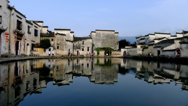 Hongcun, located at the southwestern foot of the Yellow Mountain in Anhui Province, China, is a peculiar ox-shaped ancient village in the peach blossom valley of the ancient county.