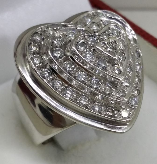 Gouden hartvormige ring met 48 diamanten van in totaal 145 ct  Wit gouden ring met diamanten ten bedrage van 1.45 ct18 kt witgoudGouden gewicht: 132 g48 diamanten met een totaal gewicht van ca. 1.45 ctBriljant geslepenKleur: G/H - VS1De stenen werden niet verwijderd uit hun bevestigingsmiddelen voor analyse. Dit was om het behoud van de integriteit van het stuk.De diameter van de ring: 16.1 mm - grootte: K (UK) / 5.50 (VS)Staat: UitstekendVerzending met tracking via internationale koerier…