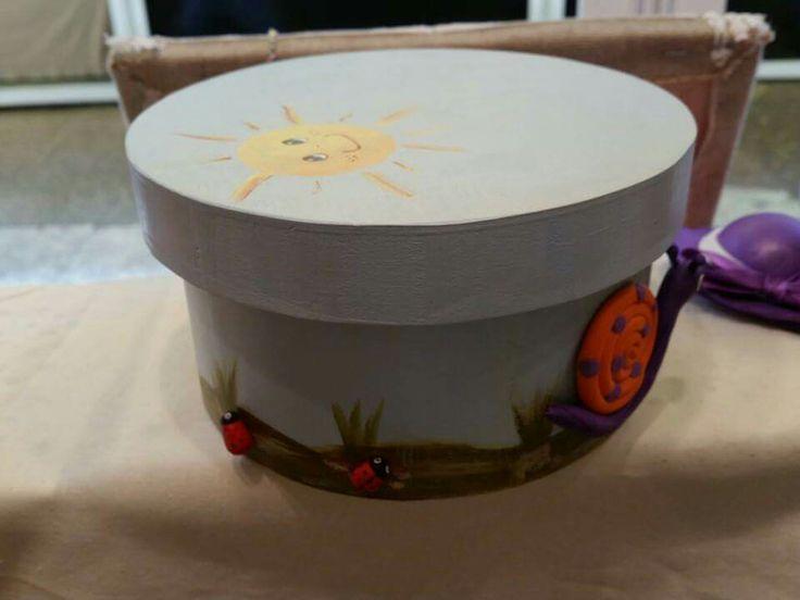 Caja redonda de madera pintada a mano y decorada con pequeños animalitos en arcilla polimérica