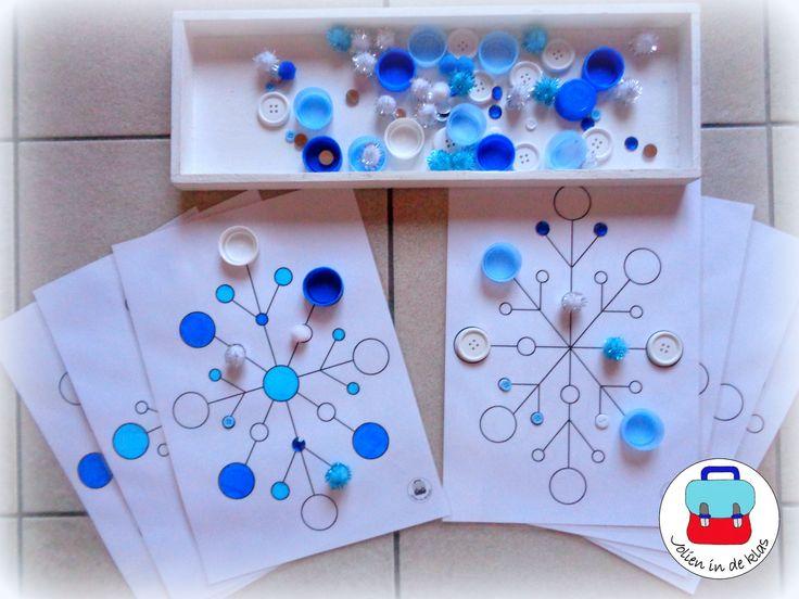 Kristalkaarten ( Jolien in de klas) De kleuters maken de kristallen door allerlei ronde voorwerpen erop te leggen. Hierbij houden ze rekening met grootte en/of kleur ( wit - lichtblauw- donkerblauw)