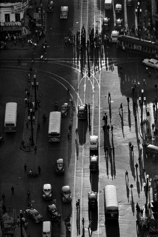 1960 - Cruzamento da avenida Ipiranga com avenida São João. À esquerda, na esquina, o Bar Brahma. Foto de René Burri.