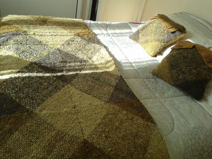 piecera tejida con lana de oveja,hilada en huso y teñida con vegetales. tejida en telar cuadrado