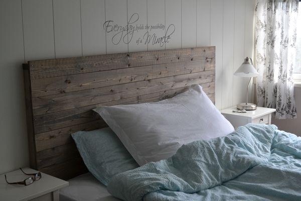 Jagten på en sengegavl kan være en udfordring. Dette er en nem diy-sengegavl, som udover at være billig, er rustik og passer til tidens trend og den nordiske boligindretning.