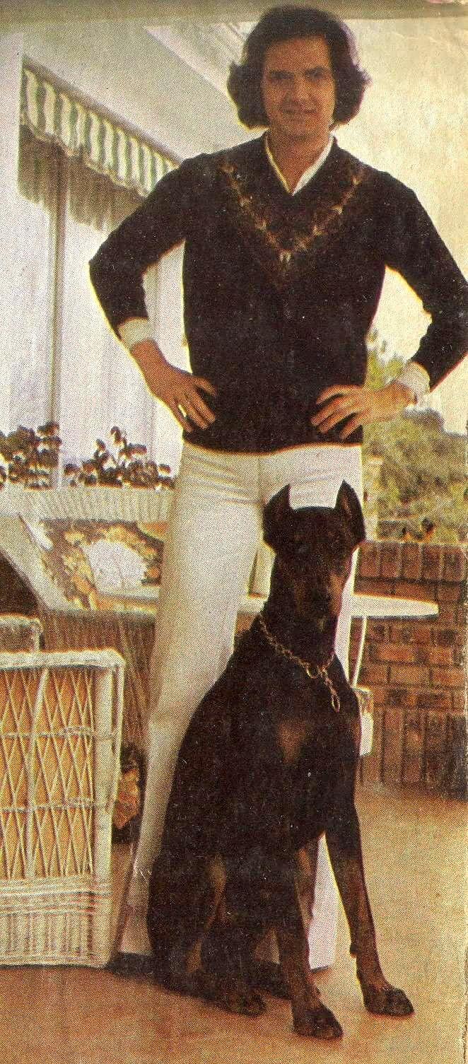 Camilo Sesto y su perro Sol (posando ambos).