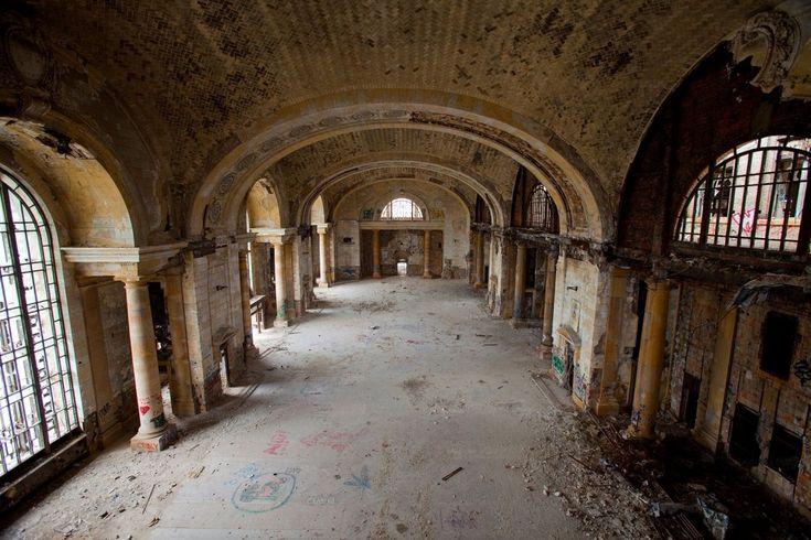 Michigan Central Station, Detroit, Michigan Nonostante i tour operator comincino a parlare di una ripresa del turismo, Detroit è ancora famosa per i suoi numerosi edifici abbandonati,