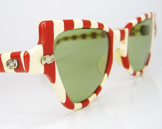 Gafas de sol rojas y blancas del año 1940. // 1940s red and white striped cat's eye sunglasses