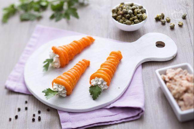 Le carote di sfoglia ripiene sono dei simpatici e originali antipasti: delle finte carotine di pasta sfoglia ripiene di gustosa crema al tonno