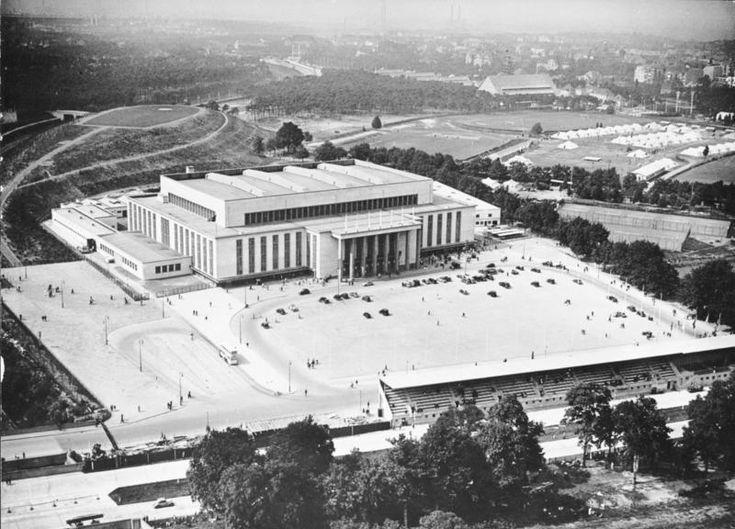 """1939 Berlin - Westend, Deutschlandhalle. Die Halle war eine der weltweit ältesten Veranstaltungsarenen dieser Dimension. Sie wurde anlässlich der Olympischen Sommerspiele 1936 als damals """"größte Mehrzweckhalle der Welt"""" errichtet."""