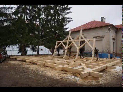 V Banskej Stiavnici pripravujeme krov pre osadenie na vzacnej kurii. V roku 2013 sme začali pracovať na  záchrane tejto autenticky zachovanej kúrie z roku 1706 v Dolnom Kubíne  Záskalí. V zozname Pamiatkového úradu je stále vedená ako dezolátna pre kombináciu zlého stavu a vzácnosti stavby sme urýchlene spracovali projektovú dokumentáciu a statický posudok. Kedže stavba je autenticky zachovanou stavbou s unikátnymi pôvodnými (aj renesančnými!) stavebnými detailmi ako sú pece podlahy dvere…