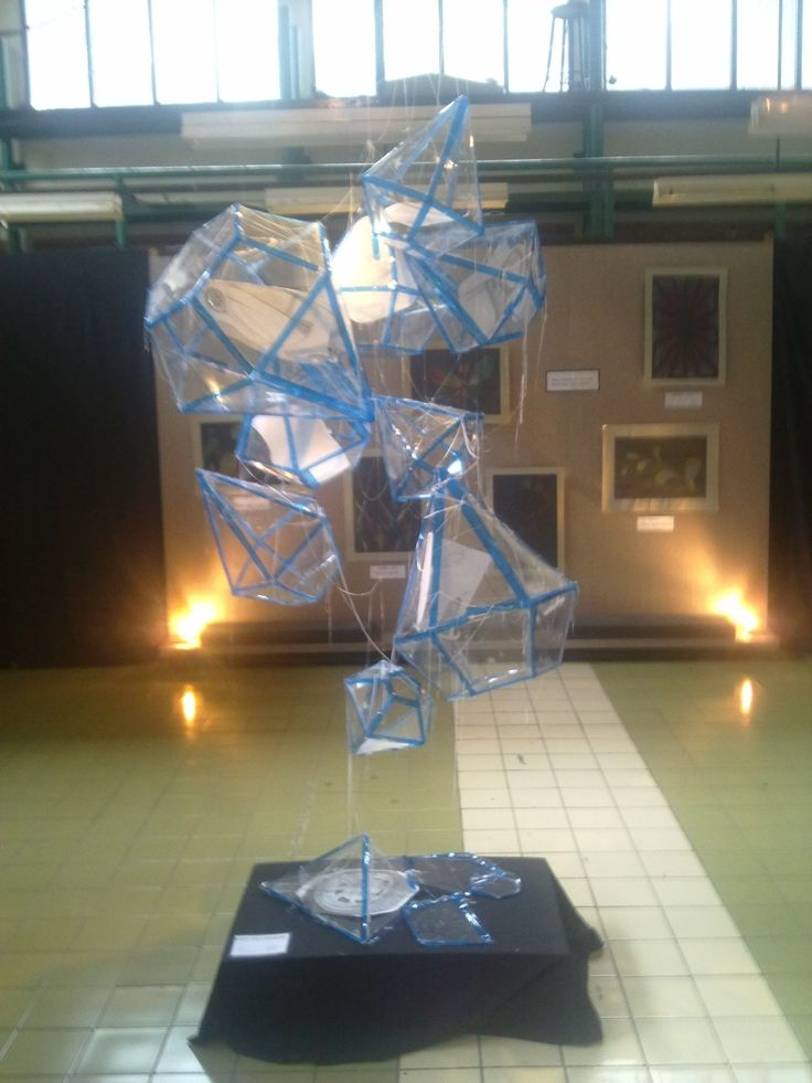 Seni Rupa. Karya 3D pertama buatan kelompok saya (saya, lisa, gun, vania, vidya, salma, ovi, david) untuk mata kuliah seni rupa di semester 1. Temanya otomotif. Jadi, di dalam kristal itu ada gambar-gambar part dari mobil.   Terbuat dari: - Mika PVC - Kertas mika biru - Gambar-gambar otomotif - Sealtape  Bahan lainnya - Perekat - Senar