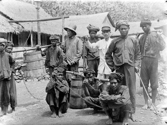 Narapidana di Nusa Kambangan, Cilacap (tahun 1900-1926). COLLECTIE_TROPENMUSEUM_Veroordeelden_tewerkgesteld_op_Noesa_Kambangan_TMnr_
