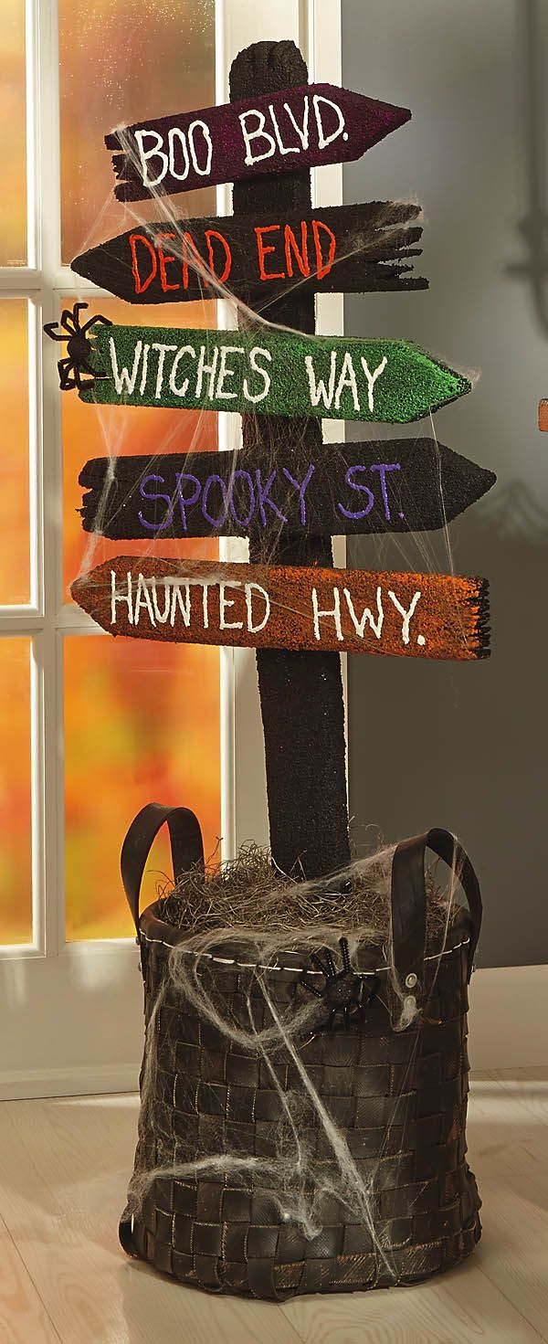 Wooden halloween yard decorations - Diy Tutorial Diy Halloween Diy Spooky Directional Sign Something Like This For The House But With Signs Like The Crypt Pointing Towards The Bedroom