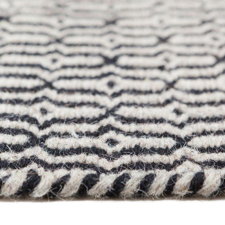 Jouw vloer krijgt direct een grote dosis allure met dit handgeweven MOOS Hedwig vloerkleed! Het speelse motief en de natuurlijke kleur maken het kleed vrolijk én makkelijk te combineren. Leg hem in de woonkamer of naast je bed in de slaapkamer!