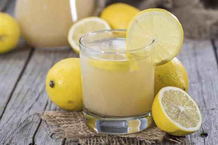 Page précédente En réalité, l'eau au citron est l'une des premières boissons créées pour réussir les processus de désintoxication en raison de ses nombreux avantages pour la santé. En fait, les citrons contiennent une petite quantité de potassium, environ 49 mg dans le jus d'un citron qui représente 1% de ce dont vous avez besoin …