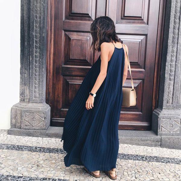 Look verão com maxi vestido azul com rasteira.