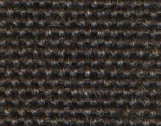 Een donker sisal tapijt geschikt voor op de vloer in de woonkamer, slaapkamer, hal of trap.