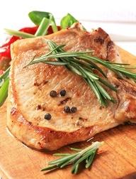 Pieczeń wieprzowa z sosem chrzanowym. Składniki: 1,5 kg wieprzowiny, 10 dag słoniny,10 dag masła, 1 łyżka cukru pudru, sól, pieprz, ziarenka jałowca, sos chrzanowy Tarsmak. Wykonanie: Mięso natrzeć pieprzem, ziarenkami jałowca, solą. Zostawić w chłodnym miejscu. Owinąć cienkimi płatami słoniny, polać roztopionym masłem,i wstawić do ciepłego piekarnika. Przyrumienioną słoninę zsunąć z pieczeni, a mięso oprószyć cukrem pudrem. Podać z sosem chrzanowym.
