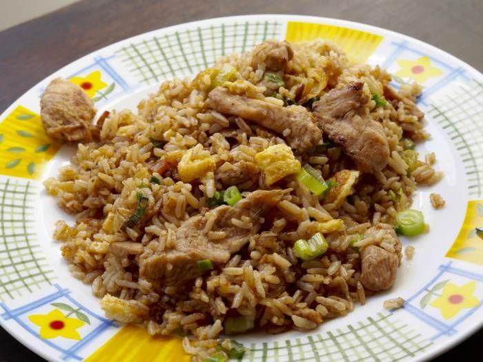 ¿Cómo hacer arroz chaufa con pollo y huevo? Una receta de cocina fusión que une influencias chinas con las del Perú autóctono. Te contamos el paso a paso