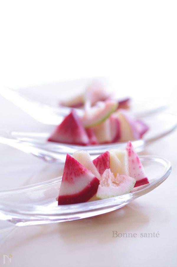 身体を温める作用のある赤カブ。 林檎と合わせることで胃腸を調えてくれます。甘いりんごで砂糖要らず。甘酸の味はカラダに潤いも助けてくれます