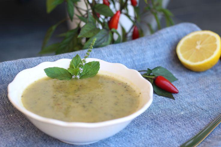 Pikantná cuketová polievka. Toto netradičné spojenie jemnej chuti cukety, sviežej mäty a pikantnej papričky…